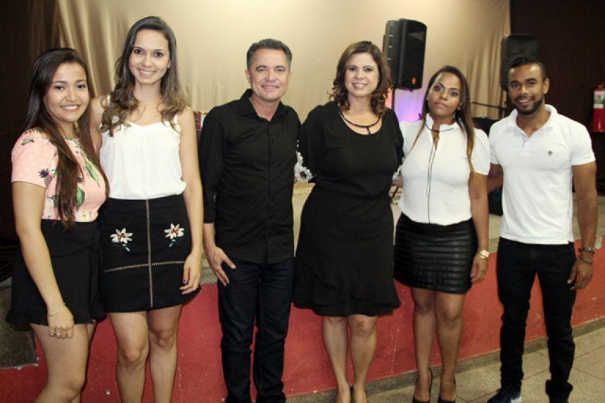 Prefeito Val Dantas e primeira-dama Rose Barbosa com equipe da Secretaria Social