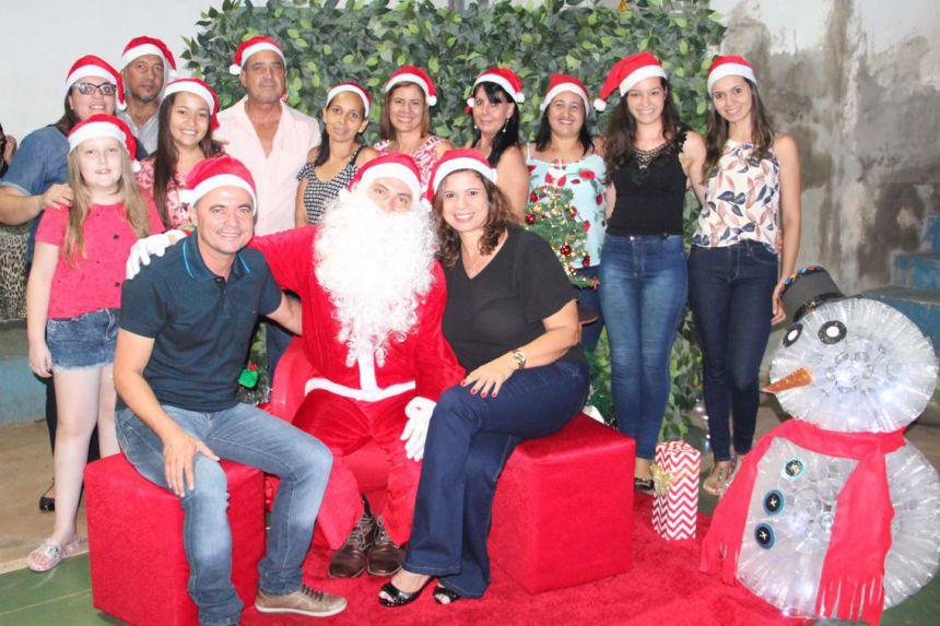 Autoridades e servidores com o Papai Noel