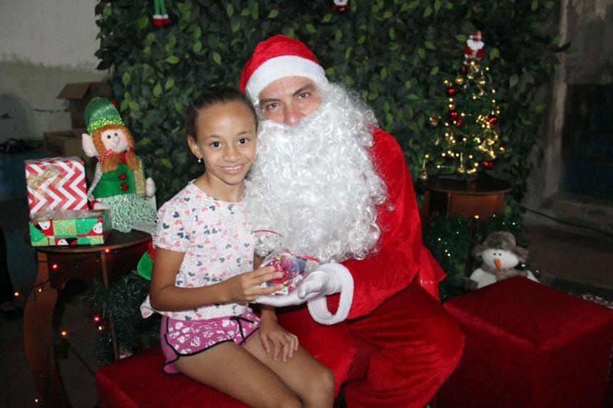 Criança recebe mimo do Papai Noel