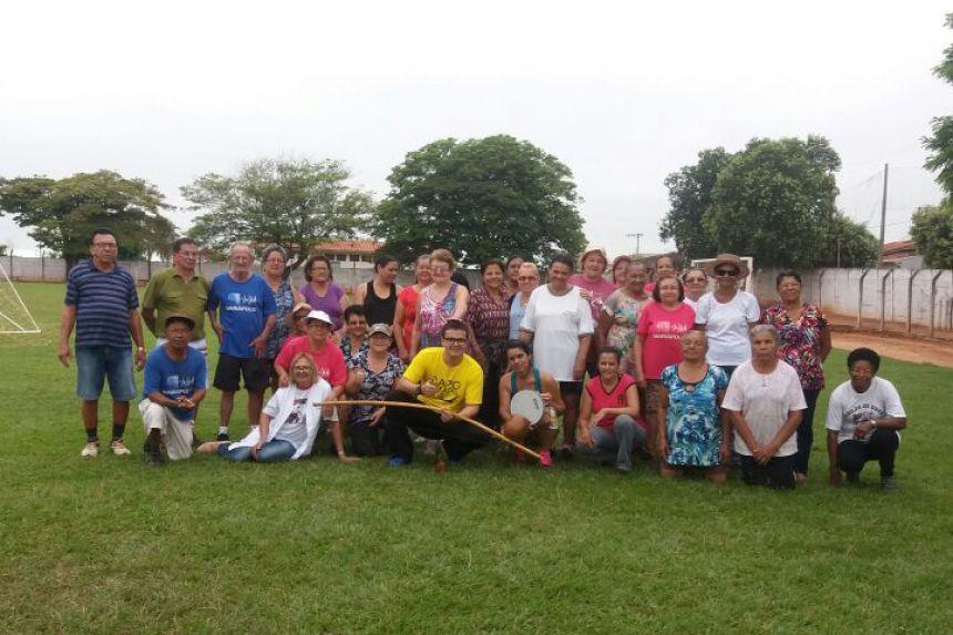 Capoterapeuta Lucas Nóbrega com os integrantes da Melhor Idade em Mariápolis