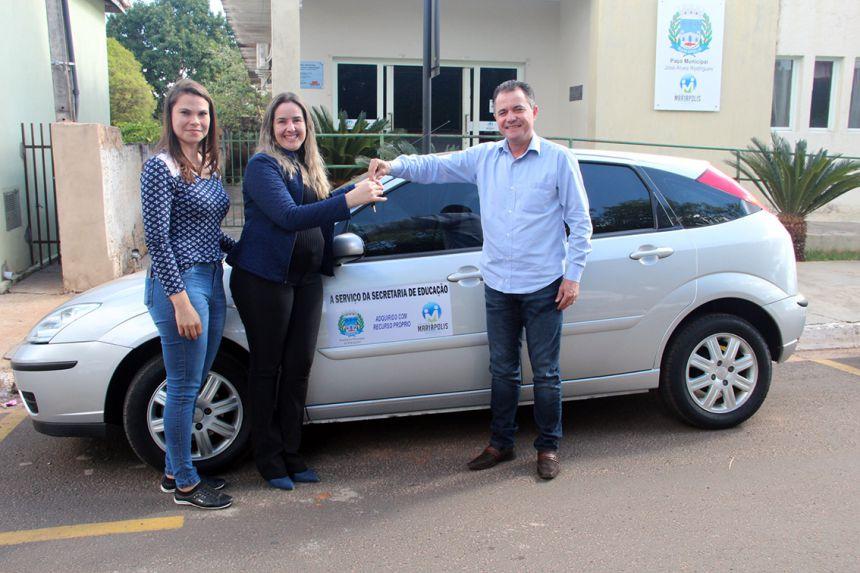 Juliana e Ariele (secretária da Educação), recebendo a chave do Ford Focus, entregue pelo prefeito Val Dantas