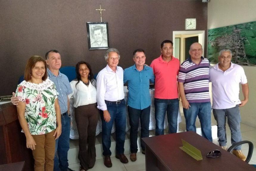 Deputado Vanderlei Macris com o prefeito Val Dantas, ladeados pelos vereadores Lucimar Barbosa, Chimba, Cidinha, Maciel Lourenço, Sigmar e Gilson
