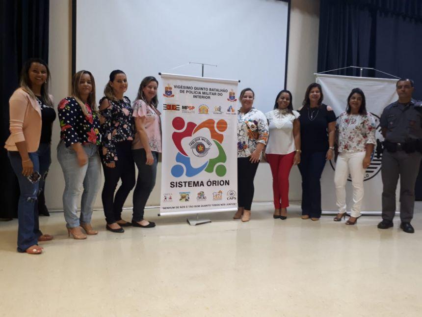 Primeira-dama e secret�ria da Secretaria de Assist�ncia Social Rose Barbosa ladeada pelas conselheiras tutelares e demais participantes
