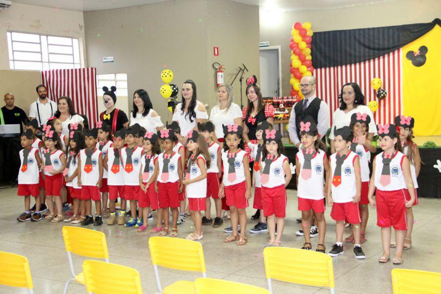 Diretora Sueli Costa com professores e alunos formandos