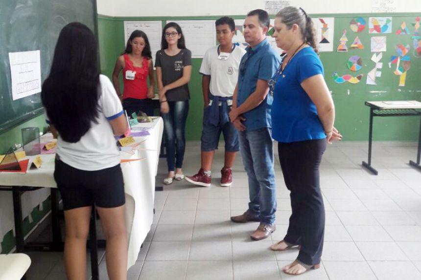 Coordenadora M�rcia com o prefeito Val Dantas e alunos