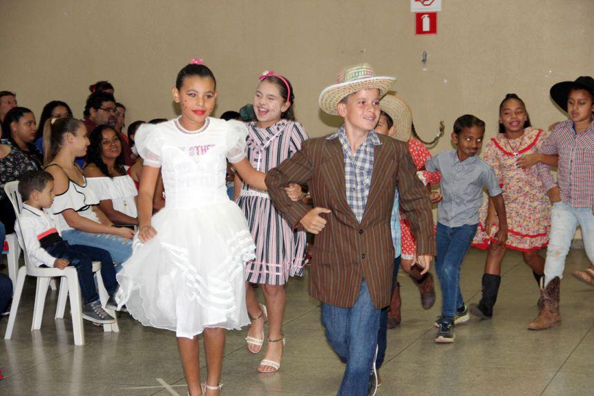 Alunos emocionam público na festa junina do Projeto Raio de Sol de Mariápolis
