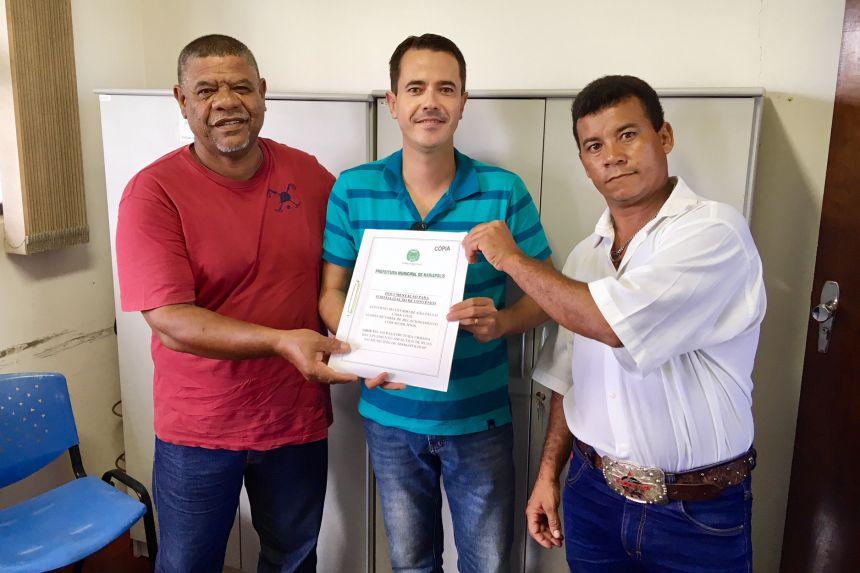 Servidores p�blicos Manoel, Maciel e o mariapolense Biba, na entrega do projeto de recapeamento asf�ltico