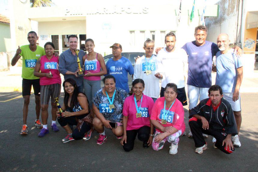 Prefeito durante entrega de troféu às vencedoras da corrida