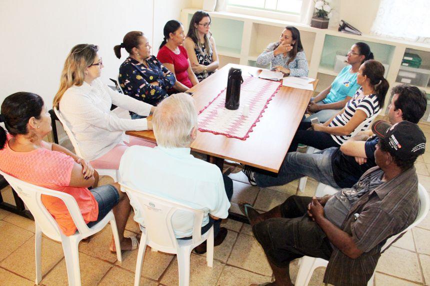Mônica explanando aos membros do conselho durante reunião