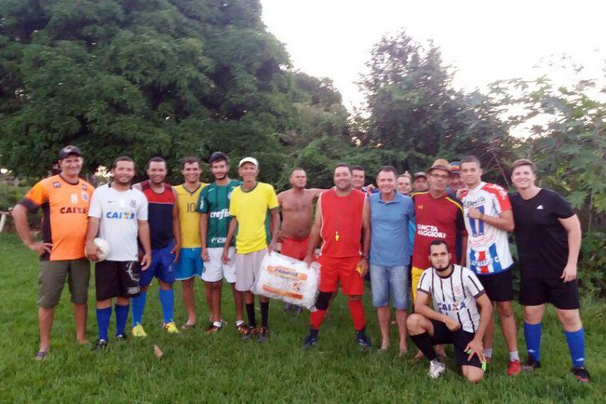 Prefeito Val Dantas entrega materiais esportivos no bairro Pé de Galinha