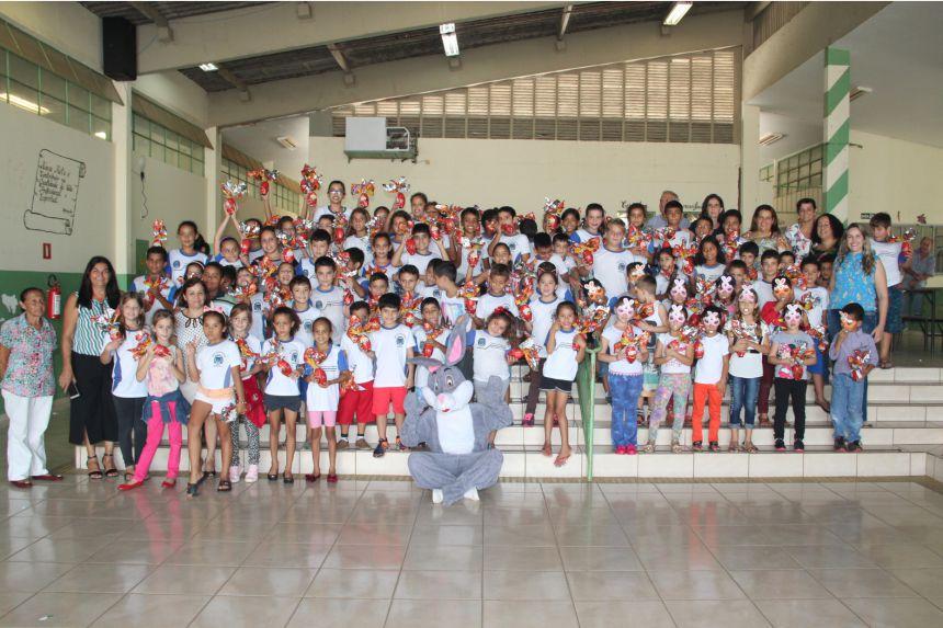 Distribuição aos alunos da escola Nelson Magnani