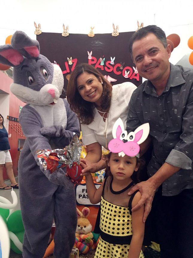 Primeira-dama Rose Barbosa e o prefeito Val Dantas na distribuição de ovos de Páscoa