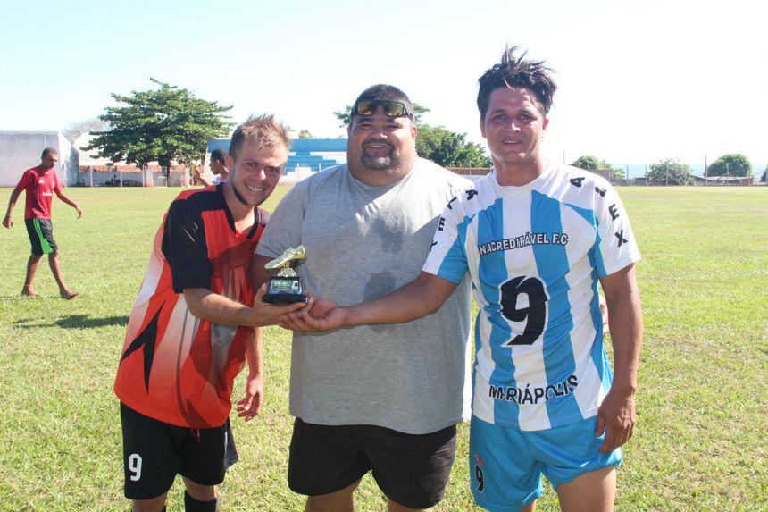 Maurilei entregando troféu para os artilheiros Patrick e Mateus
