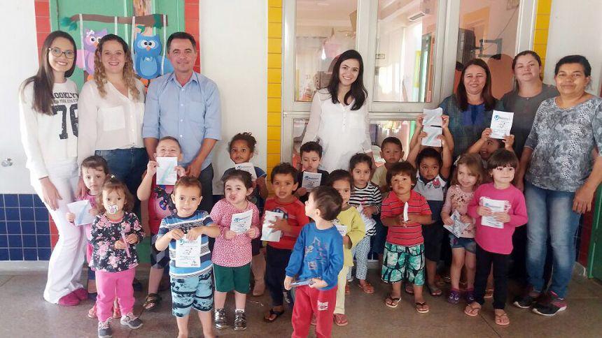 Alunos recebem kits através do Programa Sorria SP