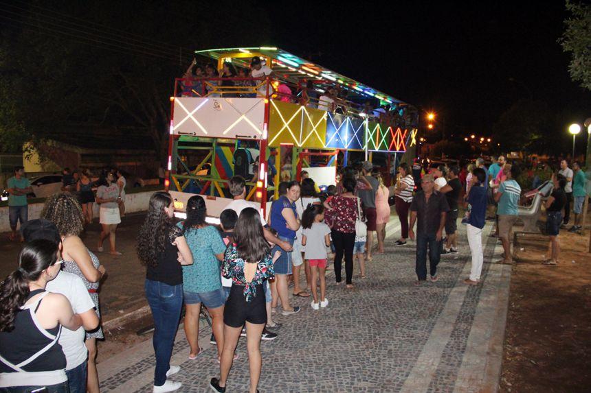 Crianças e acompanhantes passearam na Carreta da Alegria