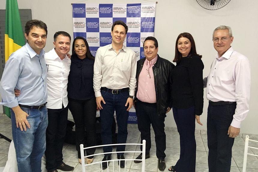 Prefeito Val Dantas e a assistente social Mônica com demais participantes da reunião
