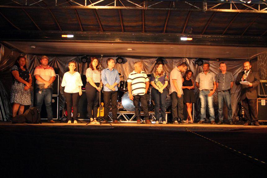 Autoridades compondo o palco durante discurso