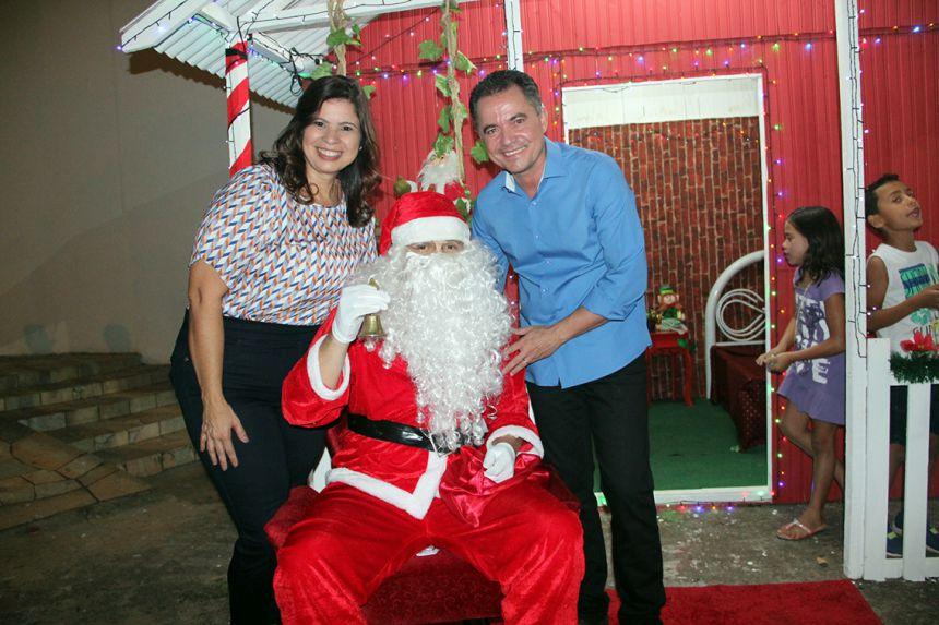 Papai Noel ladeado pela primeira-dama Rose Barbosa e o prefeito Val Dantas