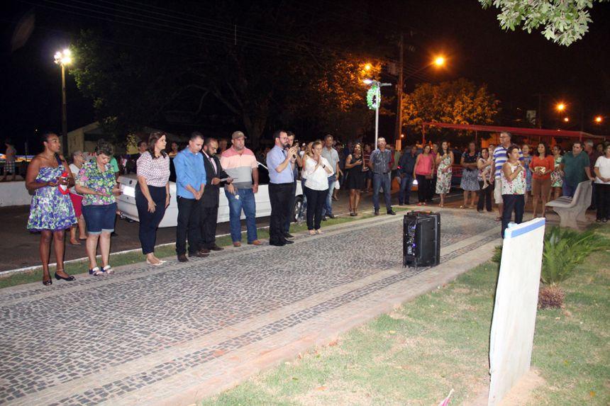 Prefeitura inaugura reforma da praça com acender das luzes natalinas e chegada do Papai Noel