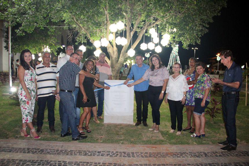 Prefeito Val Dantas e demais autoridades antes de descerrarem a placa inaugural