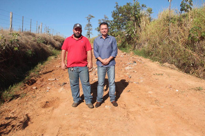 Prefeito Val Dantas e secretário de Obras visitam trechos de estradas que serão empedrados