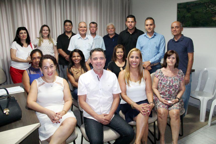 Deputada estadual Clélia Gomes ladeada pelo prefeito Val Dantas, vice Hermínia, vereadores e demais presentes