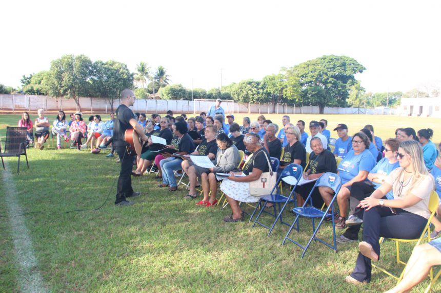 Professor Marcos animou o evento com coral de Lucélia