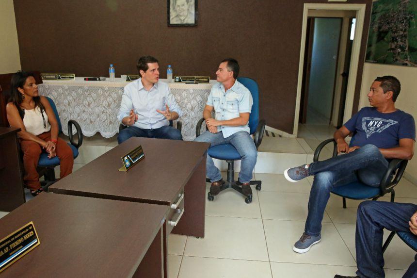Deputado explanando aos vereadores e prefeito Val Dantas, durante sua visita