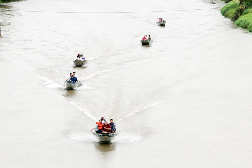 Barcos percorreram as margens do rio do Peixe recolhendo materiais