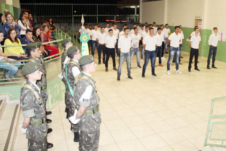 Jovens participantes durante a cerimônia de entrega de reservista