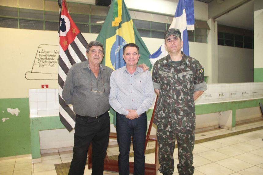 Prefeito Val Dantas, ladeado pelo secretário Zé Canuto e 1º tenente Carrijo