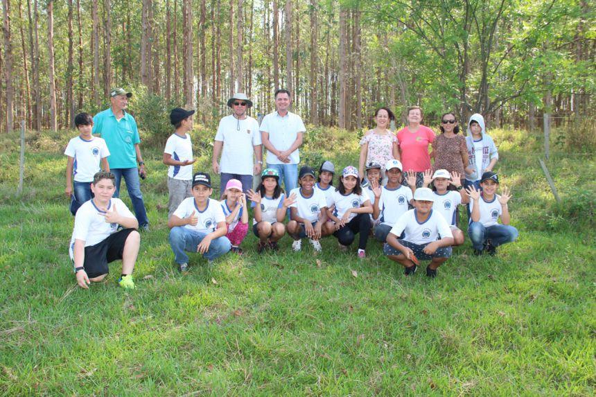 Autoridades, participantes e alunos da Escola Nelson Magnani