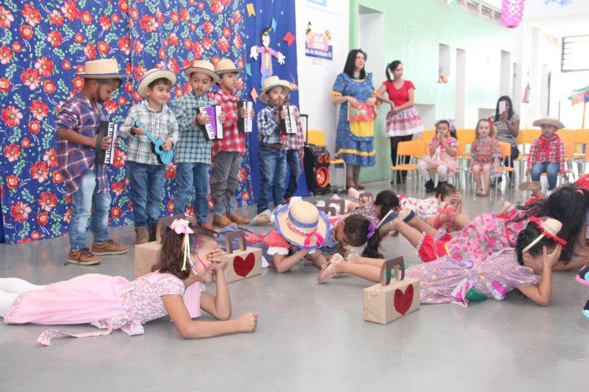Alunos da Creche Escola Rute comemoram festa junina
