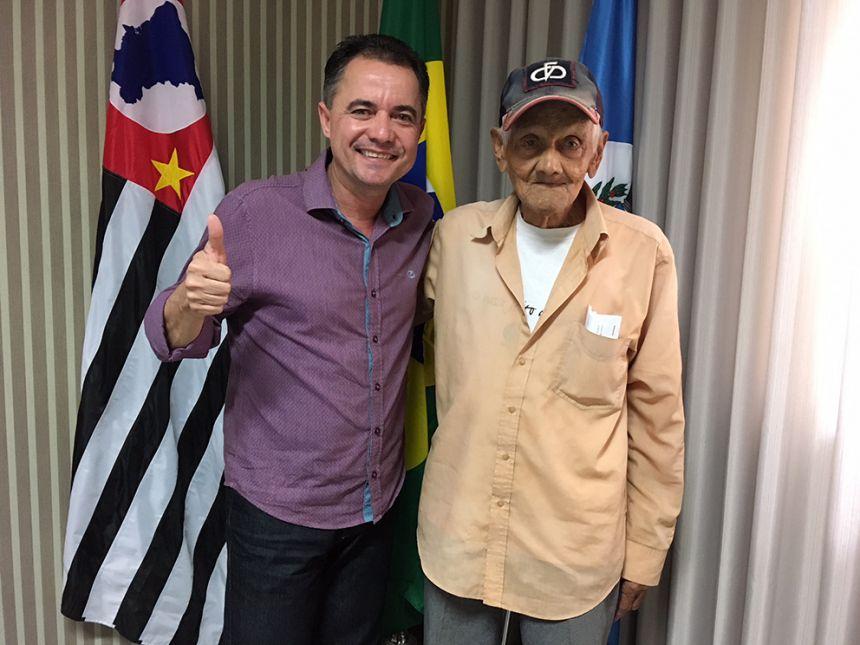 O prefeito Val Dantas recebeu em seu gabinete o pioneiro Seu Santinho