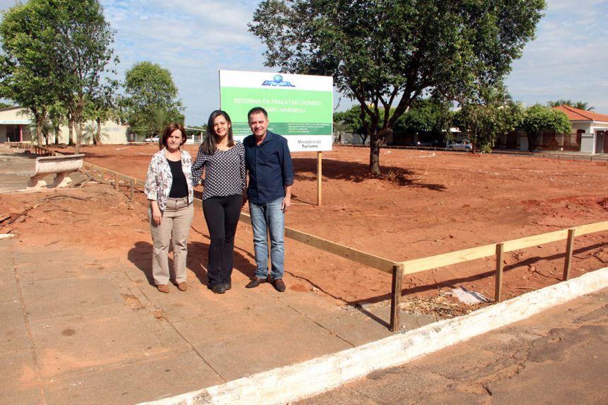Vice-prefeita Hermínia com a engenheira Ingrid e o prefeito Val Dantas