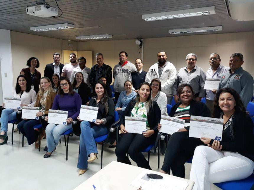 Tatiane Guelssi ladeada pelos demais participantes da capacitação em Prudente