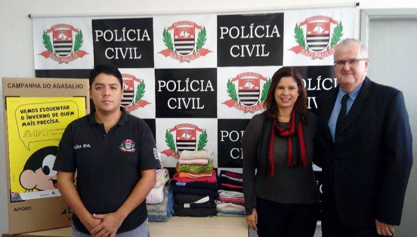 Primeira-dama Rose Barbosa ladeada pelo agente Eduardo e delegado Dr. Celso Pardo, durante recebimento das doações