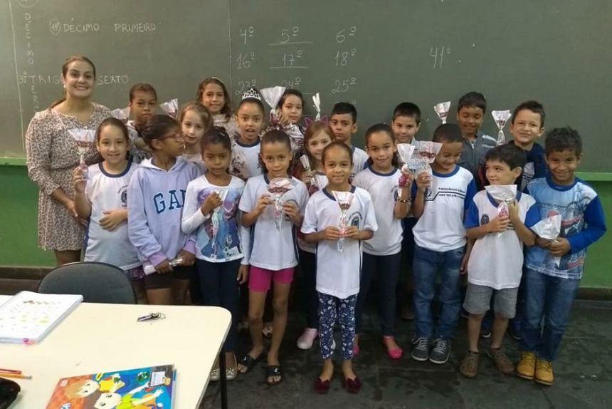 Professora Jahurys e alunos durante entrega de lembran�as e bombons