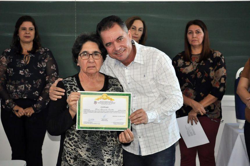 Aparecida recebe certificado do prefeito Val Dantas