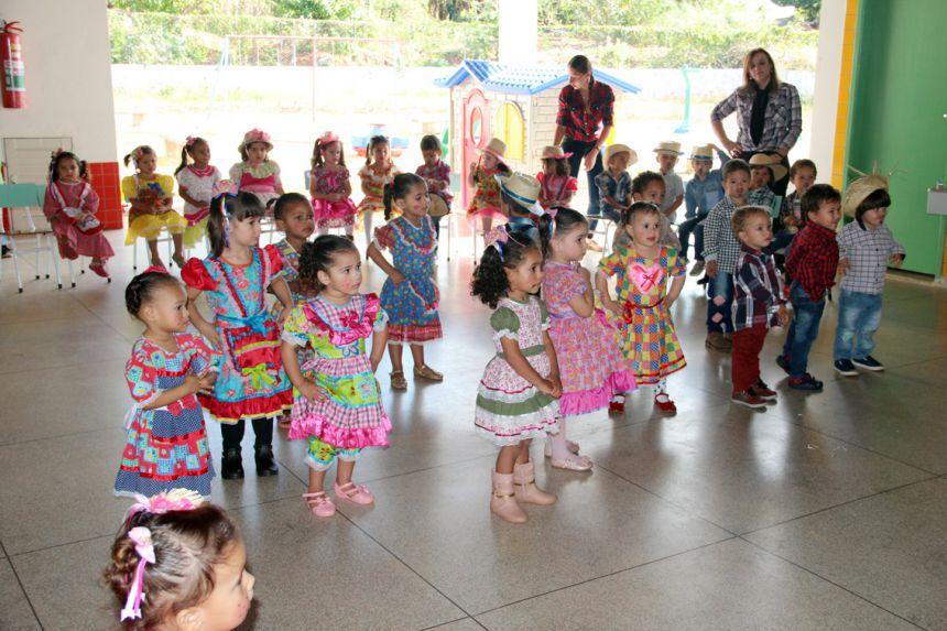 Crianças durante apresentação de dança junina