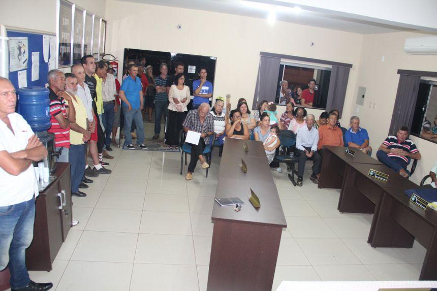 Autoridades e munícipes presentes na visita de Bragato na câmara municipal