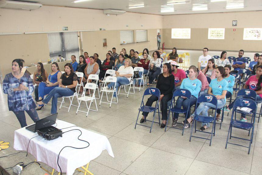 Participantes atentos a palestra realizada no município