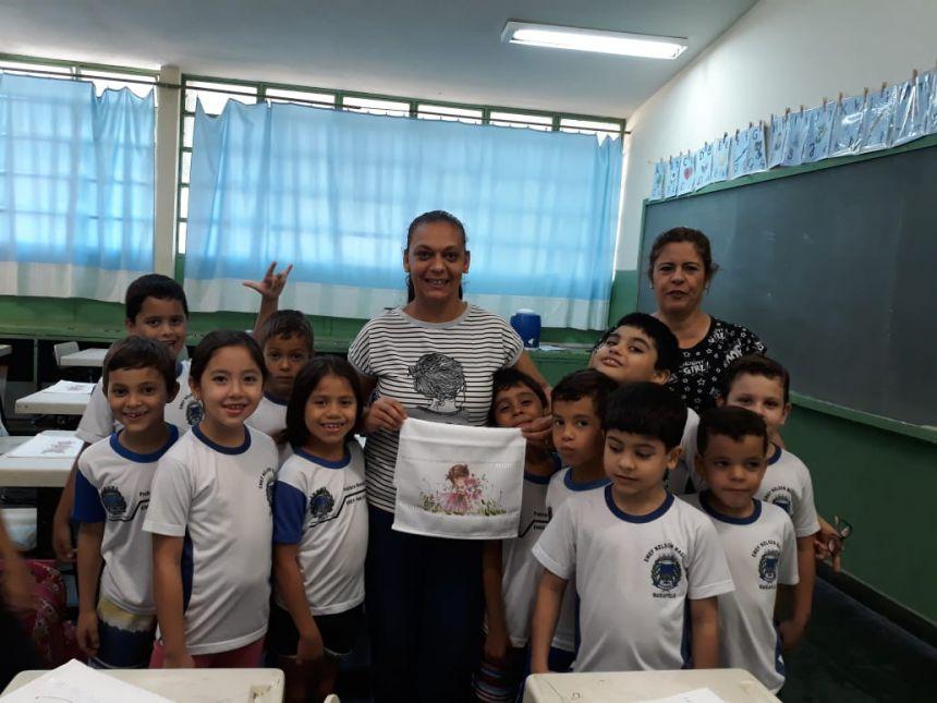 Professora Gisele, coordenadora do CRAS Lucimar Barbosa e alunos