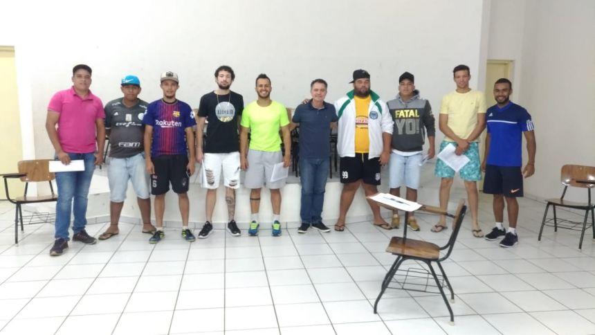 Prefeito Val Dantas e o professor Hudson ladeados pelos demais representantes das equipes na reuni�o