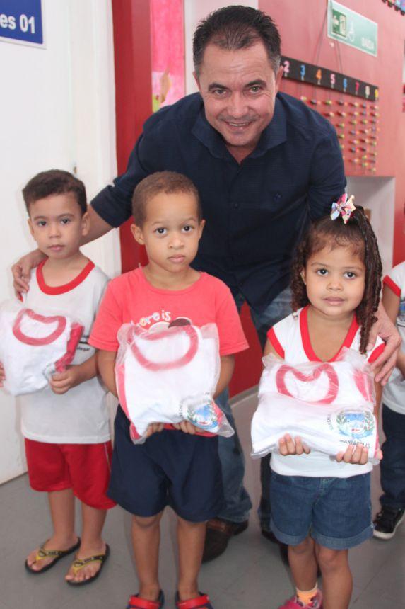 Alunos recebem uniformes do prefeito Val Dantas