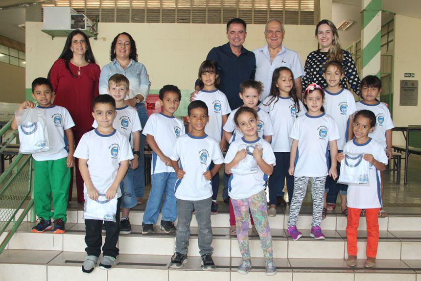 Prefeito e autoridades com as crianças da Nelson Magnani