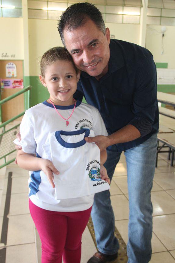 Aluna recebe uniforme do prefeito Val Dantas