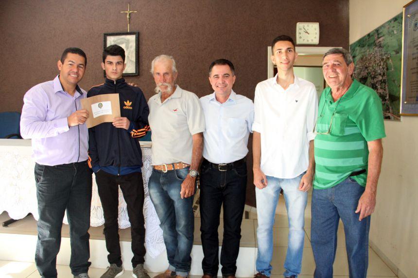 Prefeito Val Dantas, presidente da Junta Militar entrega reservistas aos jovens mariapolenses