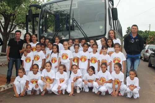 Alunas e equipe do Raio de Sol com o prefeito Val Dantas e primeira-dama Rose Barbosa