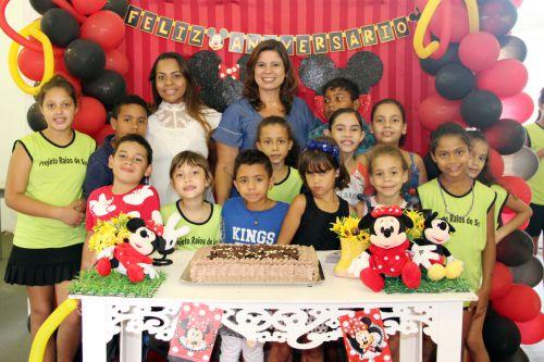 Assistente Social Mônica, primeira-dama Rose Barbosa e as crianças do período da tarde